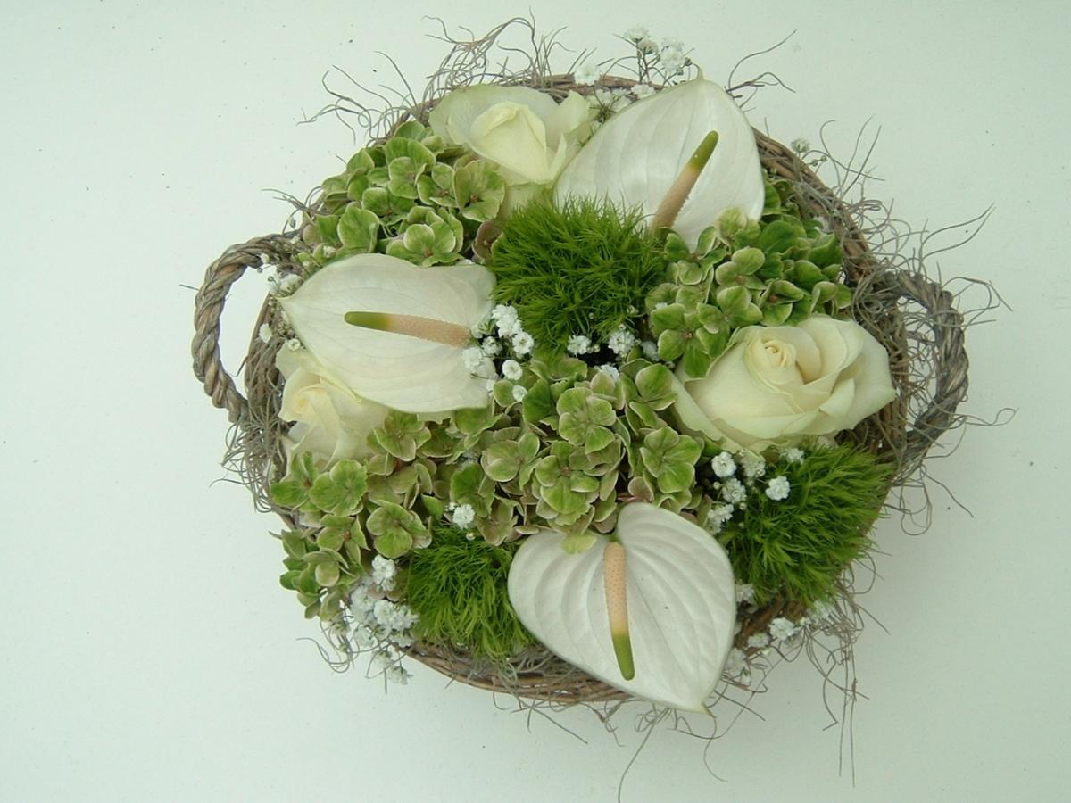 Biedermeierbloemstuk wit groen in mand bloemen gielen - Mand een machine huis ter wereld ...
