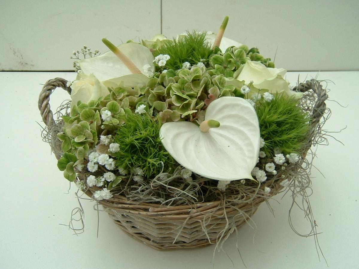 Biedermeyerbloemstuk wit groen in mand bloemen gielen - Mand een machine huis ter wereld ...